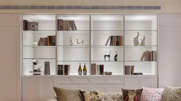 玻璃飾櫃的櫃門會令光線折射,營造別緻的視覺效果,可以為牆面儲物櫃增加層次,讓一整面牆的儲物櫃不會那麼呆板