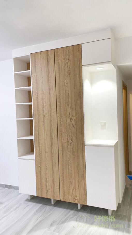 客廳儲物櫃的其中一側以中空設計,並配有射燈照明,猶如藝廊式的展示台,用來擺放花樽、獎盃、小型雕塑或者具紀念價值的精品,可以提升空間氣氛