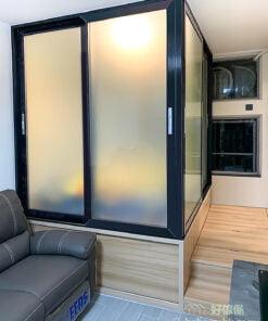完全打開間房兩邊的趟門時,可以與客廳共享冷氣、光線與活動空間,把趟門關上時馬上成為一個獨立的房間
