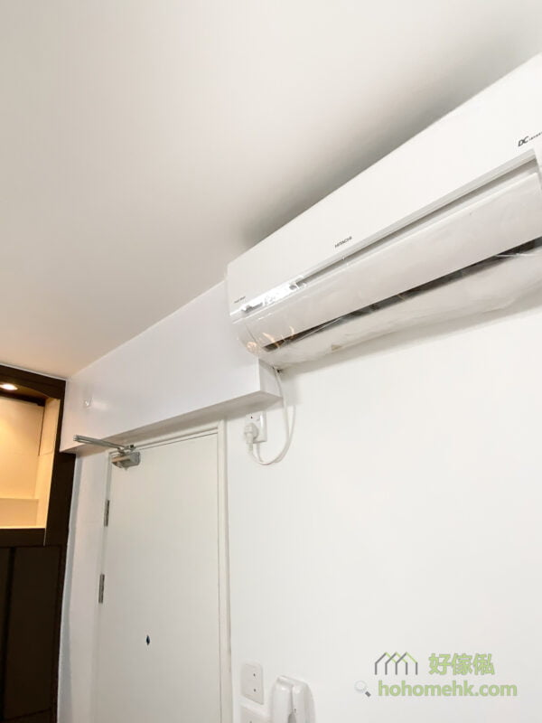 用吊櫃將冷氣喉藏起來,不只視覺上更美觀和整齊,也可以減慢喉管因外露而老化的情況