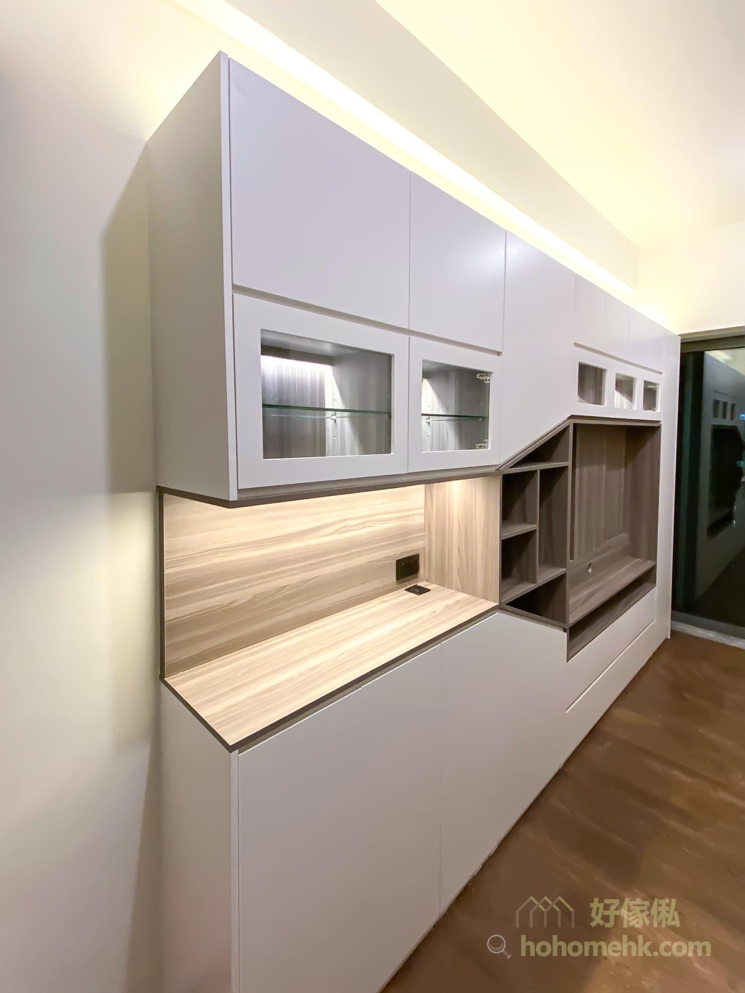 客廳櫃不到頂的設計也有好處,可以在櫃頂加裝燈槽,以燈帶打造間接光源為整個空間增添氣氛之外,亦令空間感大增