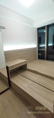 明亮的房間會令空間感增加,所以適當地加上燈帶可以令睡房看起來更加寬敞,小空間再也不會覺得擠迫侷促