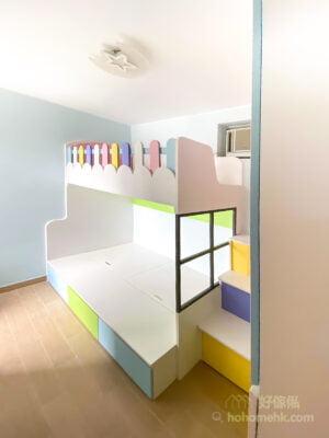 下格床床底提供大量的儲物空間,床外側的櫃桶採用同系列的粉藍與青色面板,統一整張碌架床的風格