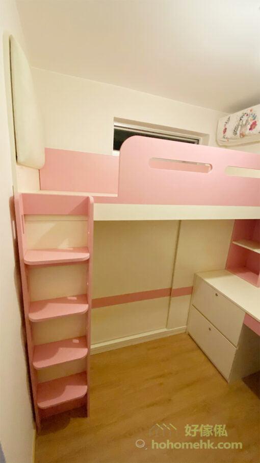 利用「上床下衣櫃」的雙層床設計,可以打造一個超大衣櫃,包辦全房的衣物收納,又不會浪費床底的空間