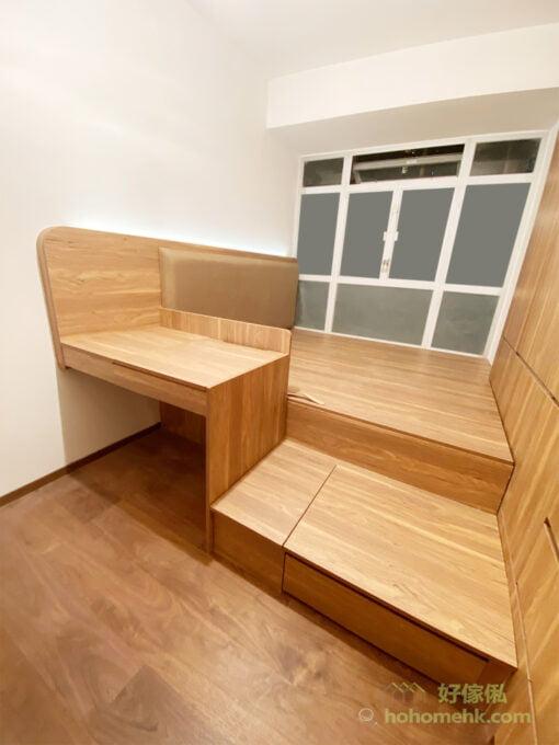 睡房空間大,擺放地台床後還有不少的空間,位置床側的梳妝枱正好可以間開休息和更衣的區域,令兩個空間使用時更加舒適