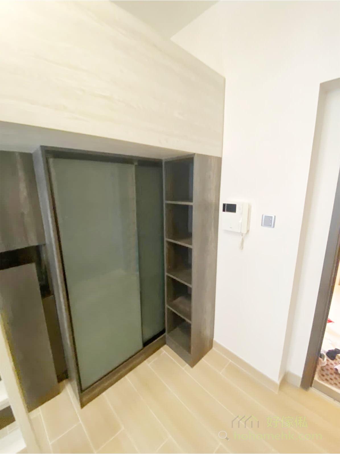 開放式層架與中空櫃設計可以擔當玄關櫃的作用,出門前及回家後用來擺放外出的隨身物品和手袋、背包等,東西不會隨處亂丟,自然可以保留家裡各空間的整潔度