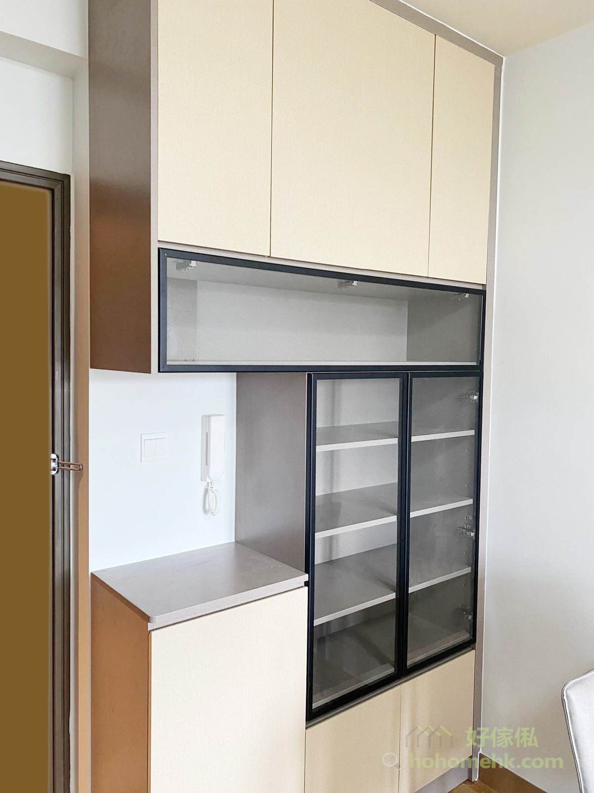 玄關是進入家中第一個見到的地方,除了鞋櫃的基本功能,運用展示櫃放置收藏品,彰顯屋主品味、愛好