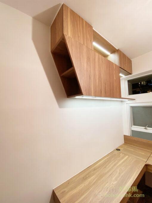 獨特造型的睡房吊櫃,開放式格櫃與隱蔽式儲物櫃交錯,加上一邊的斜角設計,令吊櫃在簡約風格中的帶點活潑感,也為整個空間添加了活力