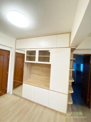 電視櫃近門口的櫃門採用鏡面櫃門,巧妙地形成了一面全身鏡,妝容、衣服全都整理好才出門