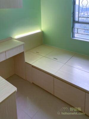 小睡房的大型傢俬如單人睡床和書枱靠牆放, 可以保留乾淨動線和活動空間