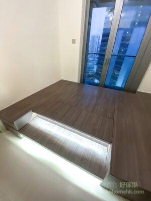 客廳地台的無拉手揭板令整個空間看起來更簡潔