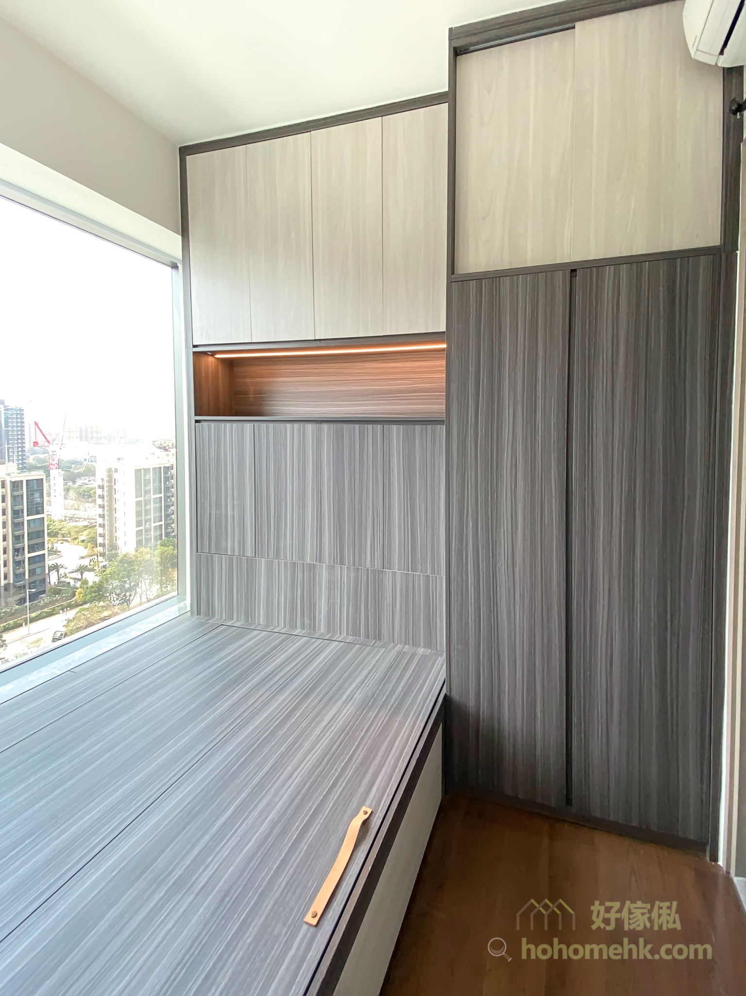 以吊櫃加半身櫃的方式打造床頭櫃,中空部份提供了一個平面擺放各式小物,外觀簡約整齊,又可以創造超大的垂直收納空間