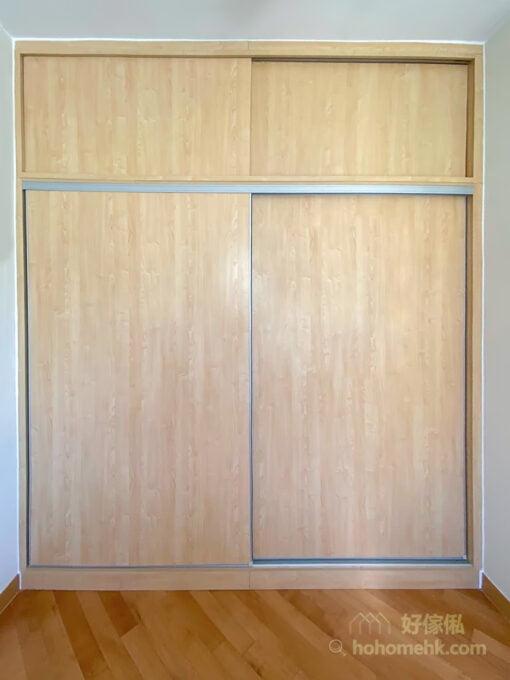 趟門衣櫃可以解決掩門衣櫃要預留通道開關櫃門的問題