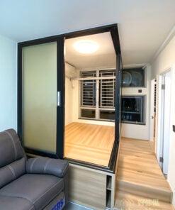 玻璃趟門的設計讓整體空間更有彈性,可以結合鋁框、木框等不同材質打造可隨意調整的半開放式空間,讓空間的可塑性更高