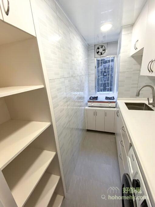 若廚房較小,想減少壓迫感,可用開放式層板收納,除了收納之外,同時具有展示效果,拿取物品更加方便,空間也變得明亮開闊,而且層板可做活動層板,自由調節成適合的層高。