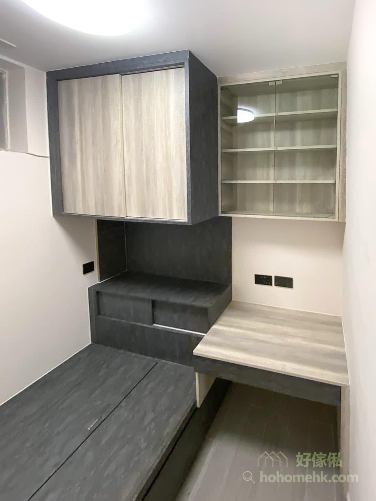 三段式的收納設計,最上方的趟門衣櫃、中間的中空置物平台和接近地台床的趟門櫃,將不同的功能濃縮起來,一個床尾櫃滿足各種需求