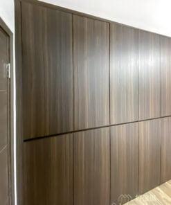 減少不必要的裝飾,完全垂直的櫃面,還有方正的線條,這些簡約的設計都可以令衣櫃變得更輕盈,整體空間感會更好,即使衣櫃再大都不會令空間太過壓迫