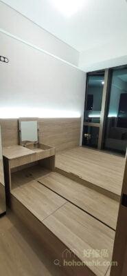 小空間的設計,顏色盡量也簡單為主,例如米白牆身配淺木色傢俬和地板,讓整個空間都充滿自然的氛圍,視覺上也會更舒服寬敞