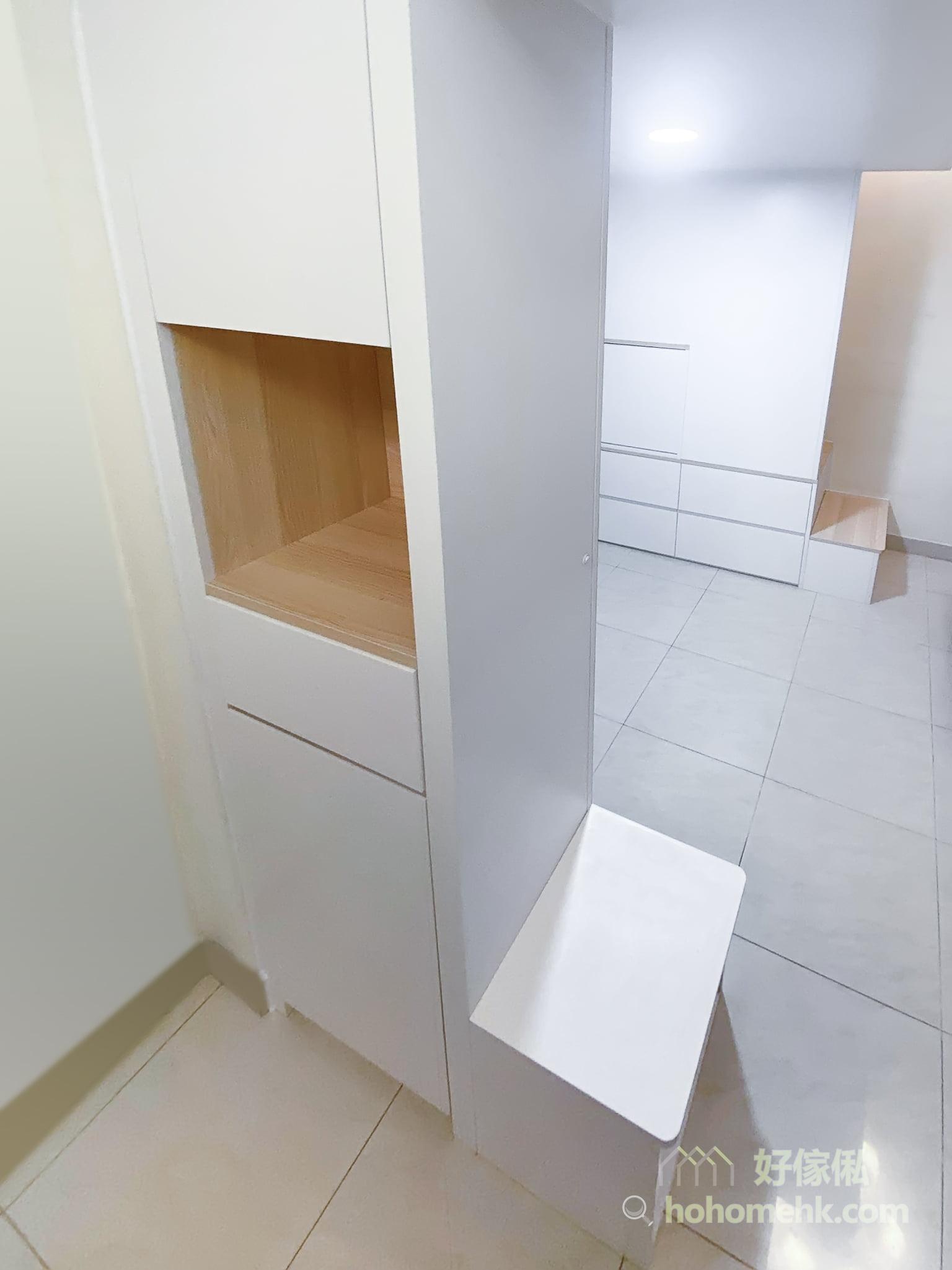 位於客廳入門處的閣樓,可以支援玄關的收納和功能,例如鞋櫃、中空櫃,還有很重要的換鞋櫈