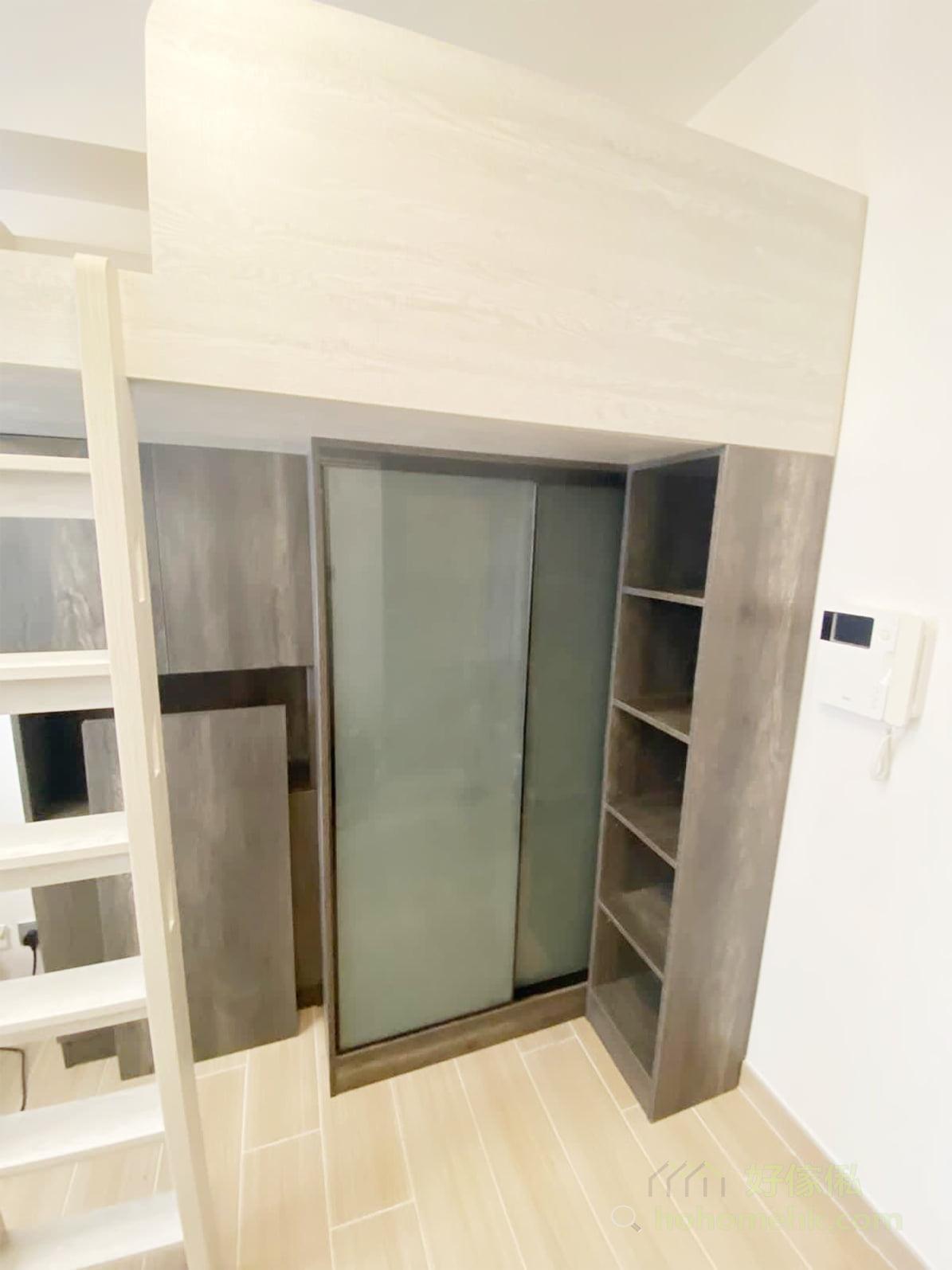閣樓底下利用不同儲物櫃有不同深淺度的特性,與閣樓爬梯位置配合,就可以打造出順暢的動線和最大化的收納空間,同時櫃體的深淺度營造了空間的層次感,成為一個非常好看又好用的專屬衣帽間