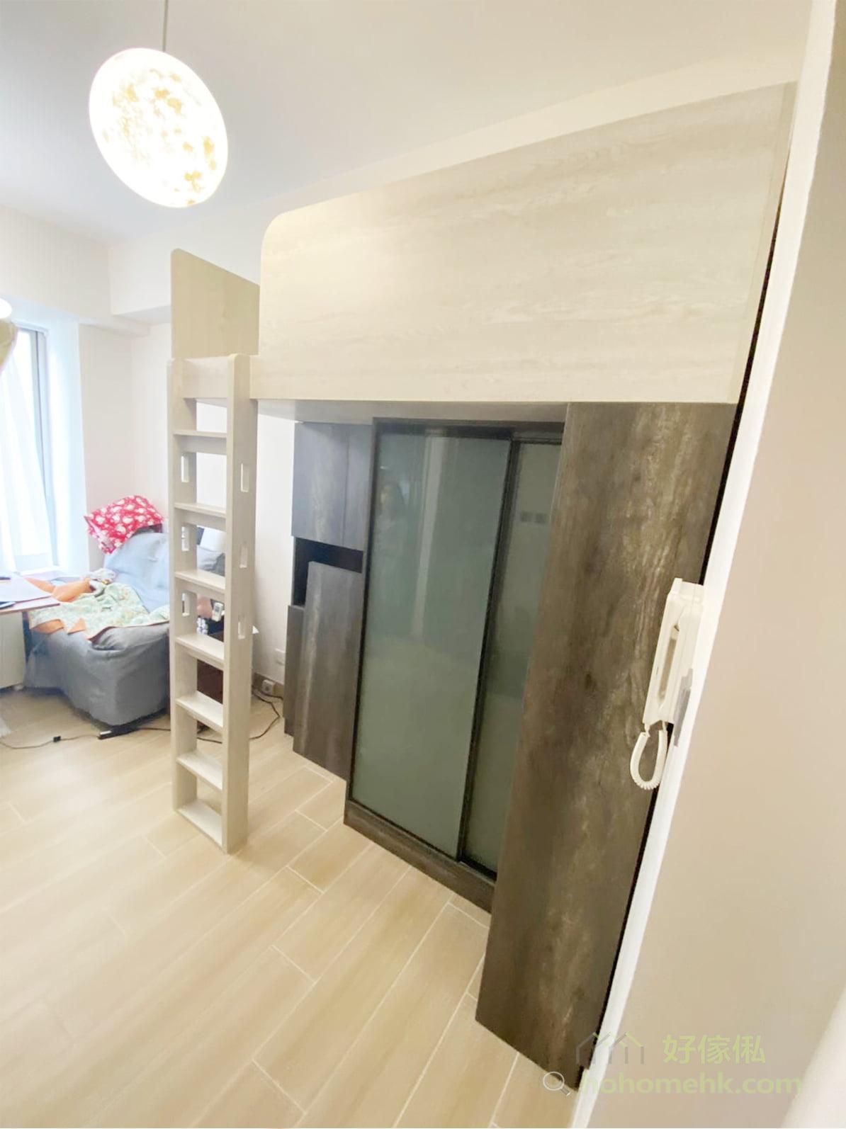 閣樓設計可以將客廳的活動區和休息區透過不同高度劃分成不同的空間,這樣對活動與休息的質素都有所提升