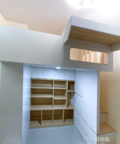 書枱下的有一道小趟門,打開後可以把雙腳伸出去,不用盤膝而坐,坐得更舒適自在