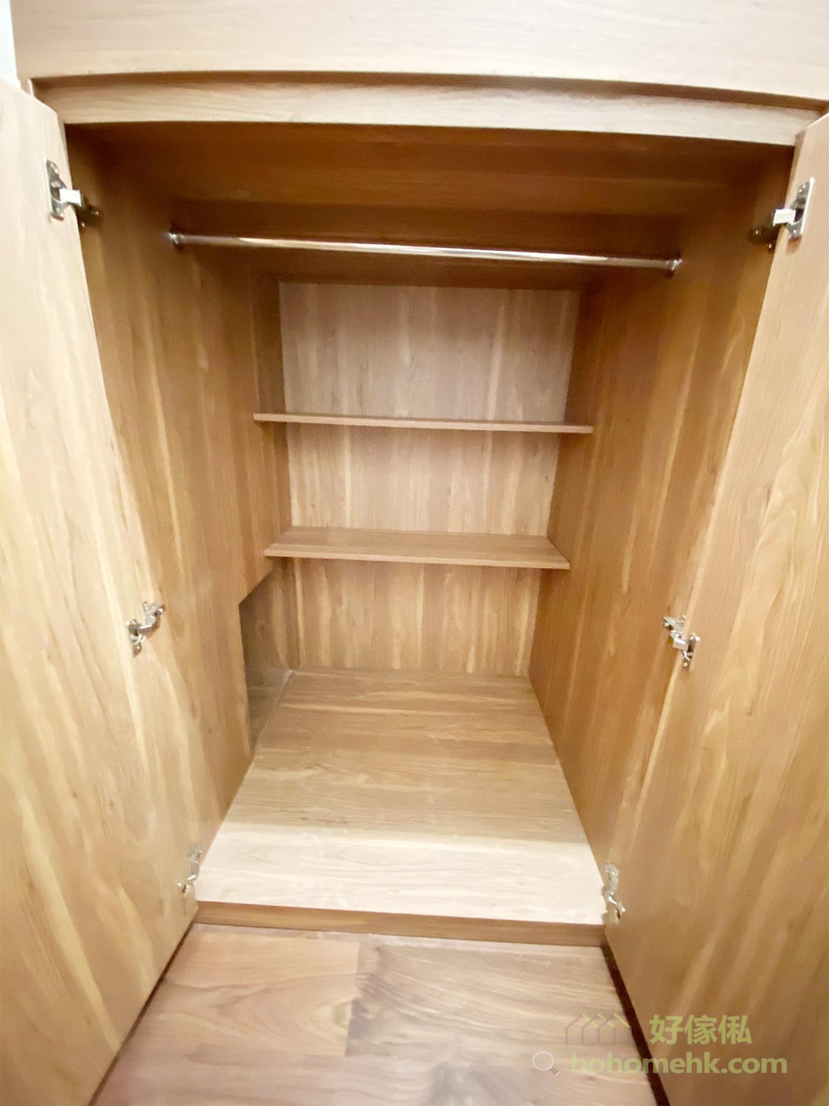 衣櫃前後分層,前面掛衣,後面放層板,令空間更實用