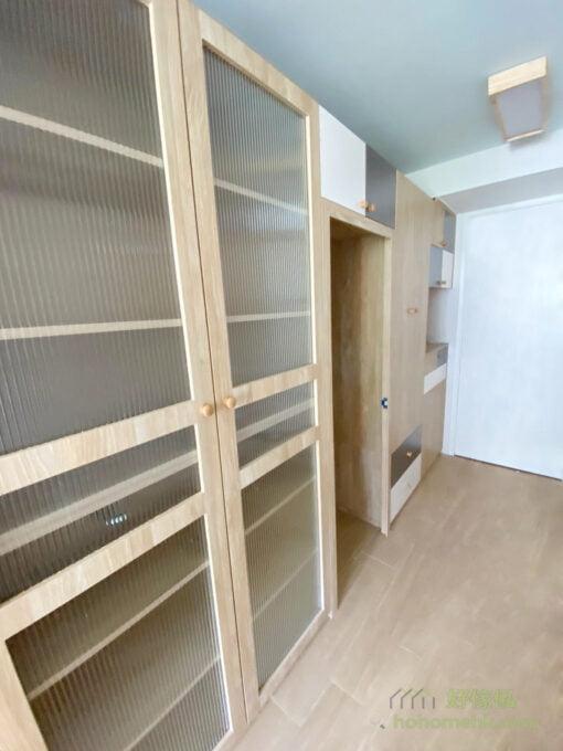 飾品櫃透過玻璃與木板的平衡配襯,減低高身及大型的間房櫃所造成的壓迫感