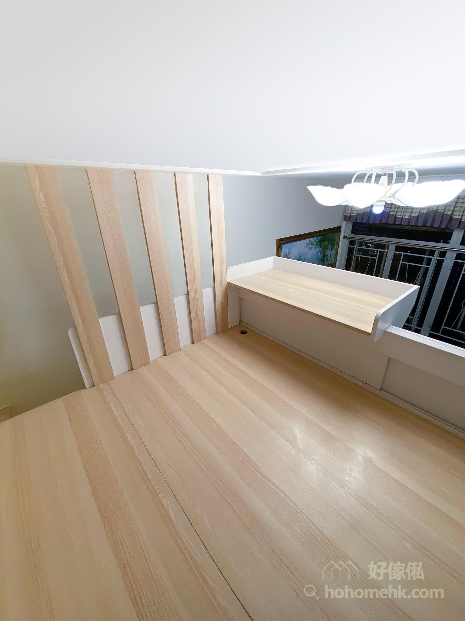 其實閣樓都可以擁有一張坐得舒服的小書枱,在閣樓朝廳的圍欄上,加配一張小書枱層板,桌面也設有小圍欄,防止文件、文具掉落地面
