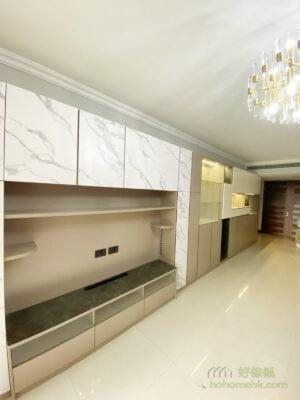 電視櫃中間的白色大理石紋展現出高雅感,旁邊配上奶茶色的櫃門和背板,令空間變得柔和溫暖