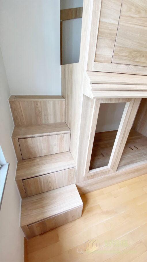 床尾那側剛好有樑柱,可以借位打造樓梯櫃,樓梯櫃與屋仔的造型配合,而且又不浪費床尾的零碎空間,又更適合小朋友上落