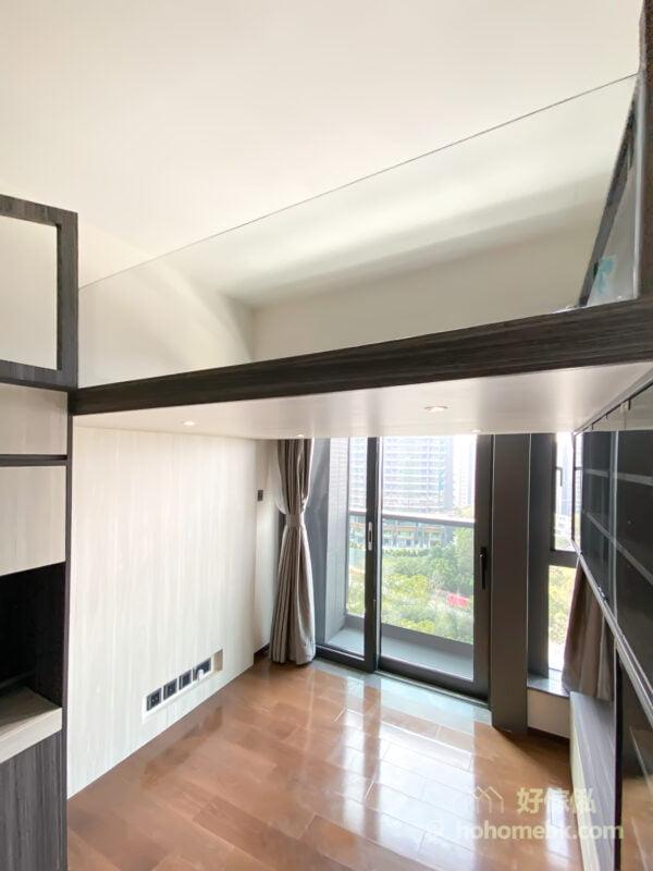 閣樓採用玻璃圍欄設計,讓窗外的陽光可以照射到客廳每個角落,不會因為閣樓而令空間變得暗淡無光,影響空間感