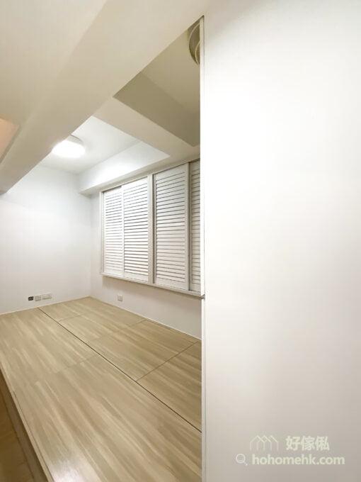 百葉窗簾本身就有良好的通風透氣功能,而具有厚度的木百葉窗簾也能藉著隔絕光線達到一定程度的降溫效果,令室內空間通爽之餘又不會被曬得過熱