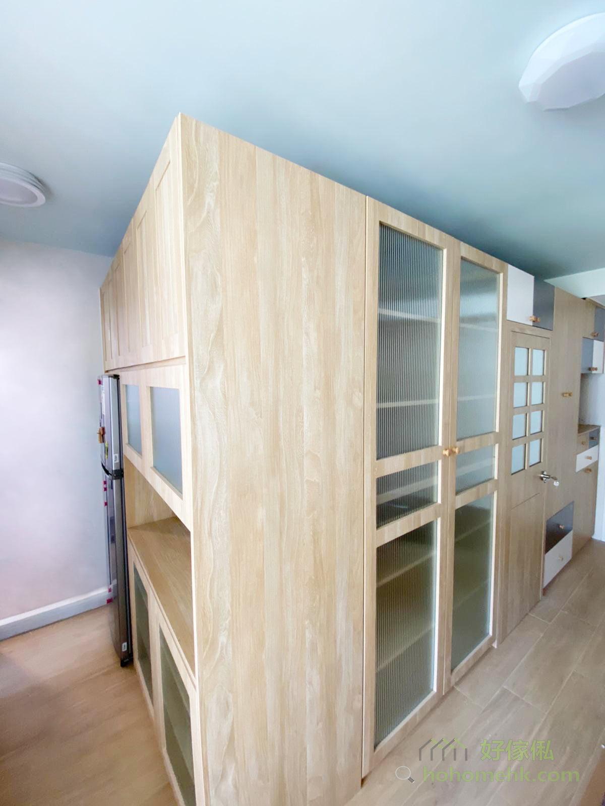 設計時將間房房門與櫃面拉平,將門框完全融入櫃體,加上同系列的板材和玻璃設計,令間房頓時變隱形!