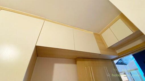 睡房入門處不能造地台和儲物櫃,可在房門頂造吊櫃爭取更多的收納空間