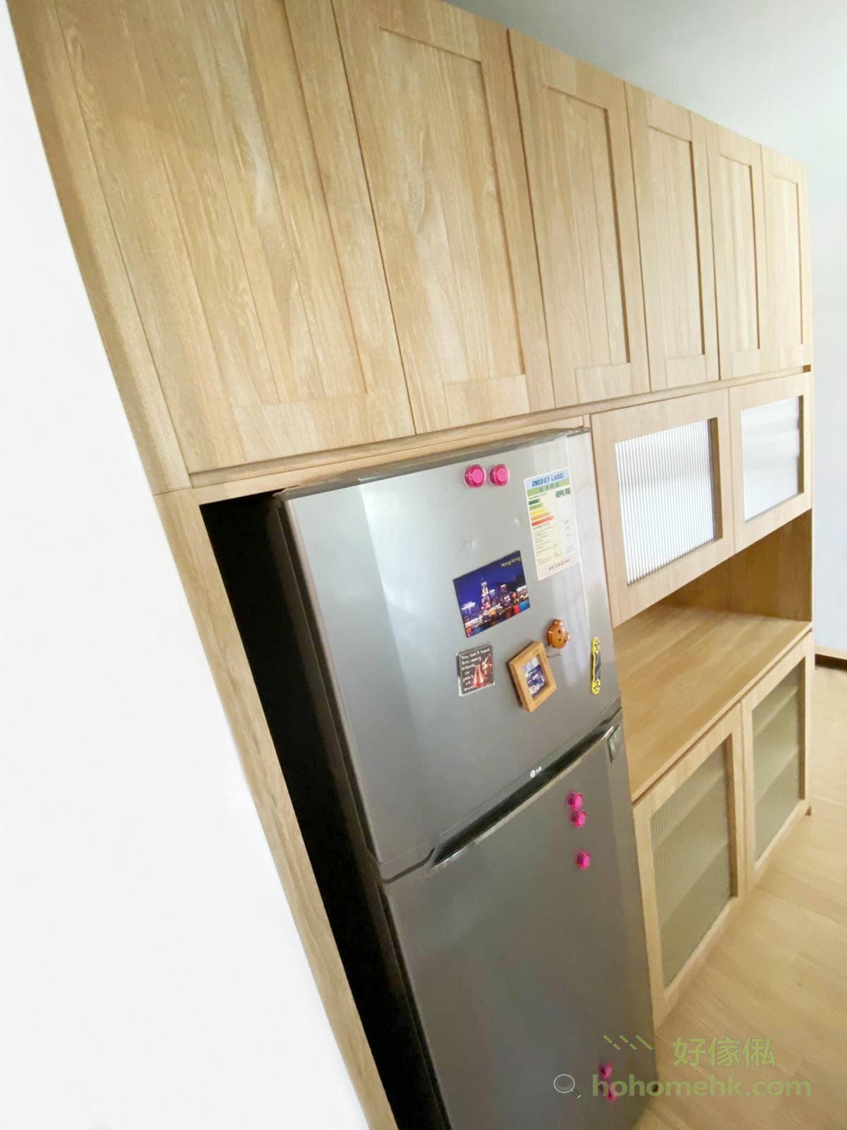 間房櫃面向飯廳及廚房的一邊,化身成櫥櫃及茶水櫃,可以補充廚房不足的儲物空間