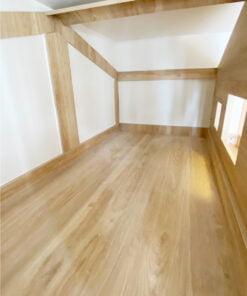 上格床的屋頂部份以框架代替一整面的木板,確保有屋仔的形態之餘,又能夠通風和避免睡覺時有壓迫感