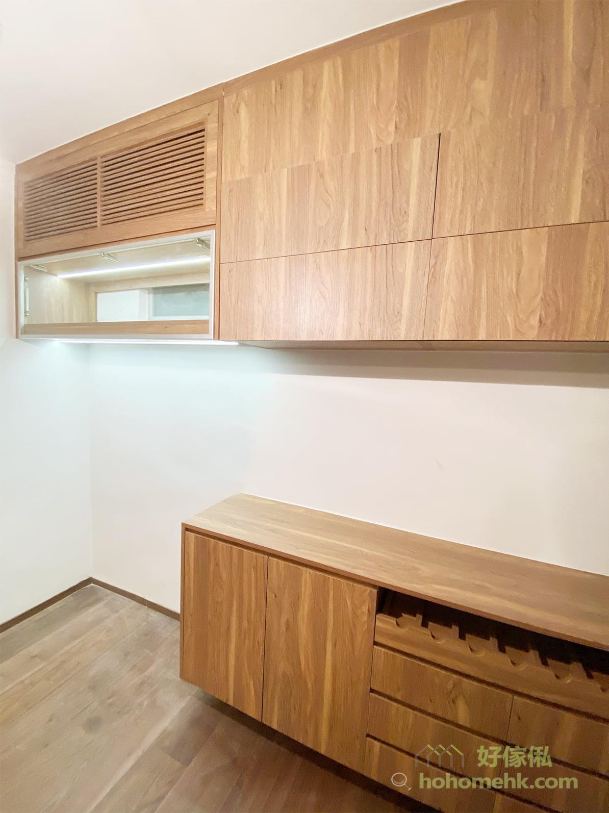 餐邊櫃櫃面是個非常好用的平台,很多人都會擺放熱水壺、咖啡機、多士爐、紙巾盒、水果籃、牙籤筒等物品,充當一個迷你水吧,直接在餐枱已經可以準備到簡單的早餐、茶點