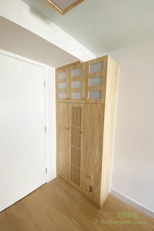 在玄關櫃對面多訂造一個鞋櫃,作為玄關櫃的延伸,再多的鞋也不怕放不下了