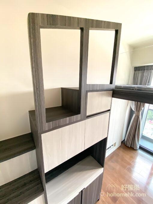 用上跟樓梯櫃同款的板材,再配合櫃門的分佈,讓延伸出來的扶手變成儲物櫃的一部份