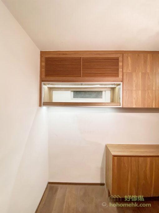 餐邊櫃上方的吊櫃,創造出大量收納空間,用來擺放乾糧、零食、茶葉、沖泡的飲品都非常方便;玻璃櫃則可以把酒杯陳列出來,配上燈帶的照耀,透出滿滿的情調