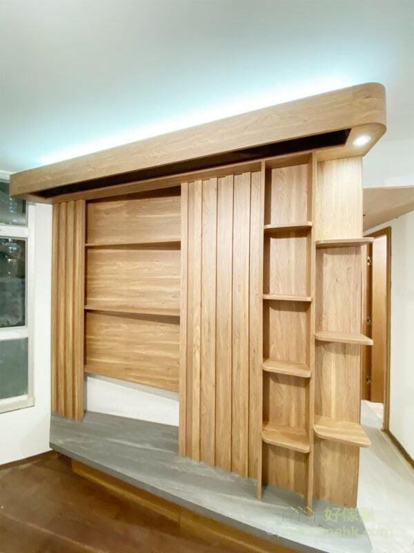 借用電視櫃不對稱的深度,拉平斜邊,令客廳空間變得方正及實用,深度較淺的位置擺放電視機,深度較深的位置就用作儲物功能,可以完美運用電視櫃不對稱深度的特色