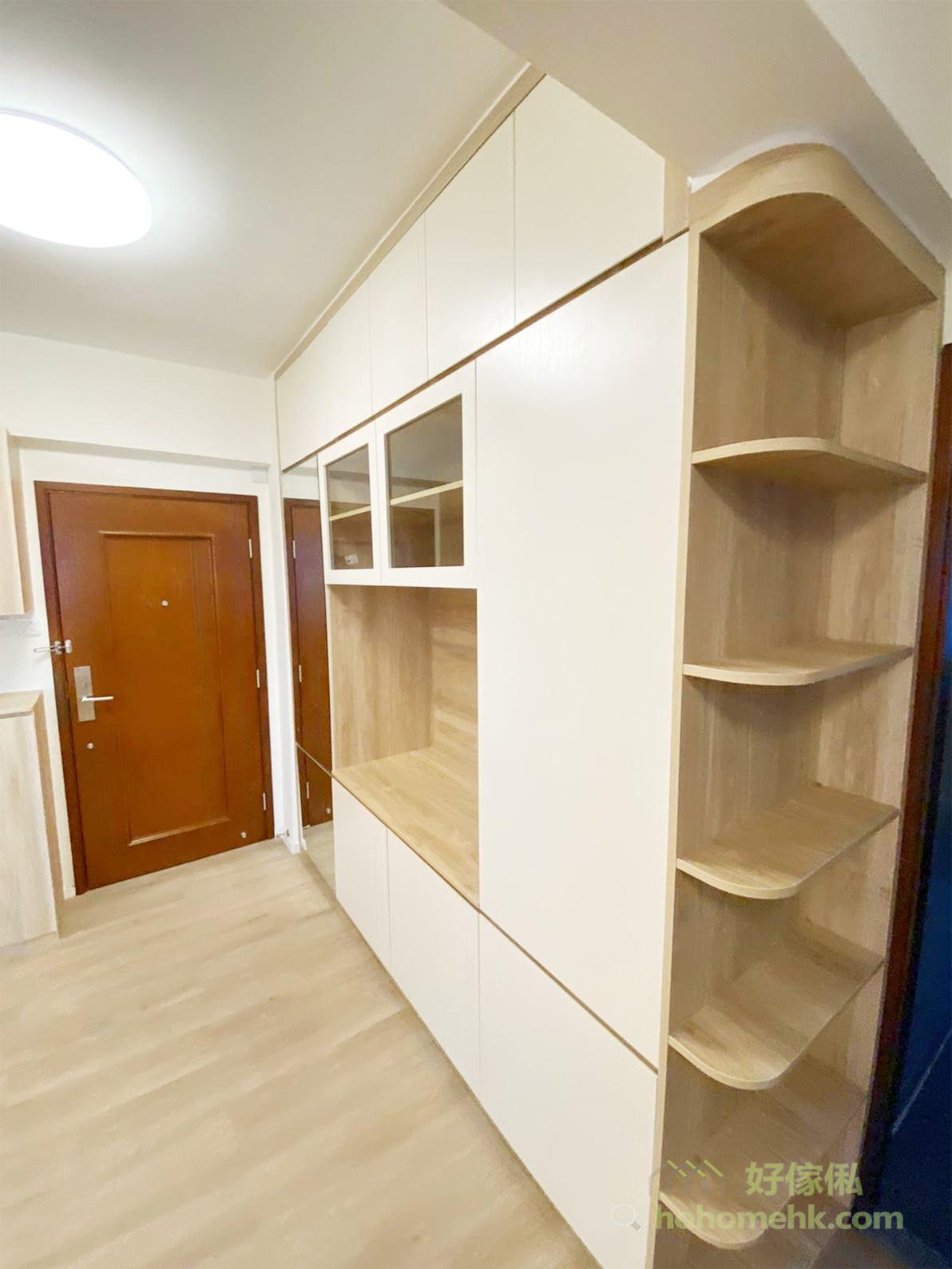 轉角邊櫃有六層層架,可以擺放不少裝飾品和日用品,展示空間不再限於電視櫃的正面方向,連側邊都可以兼顧
