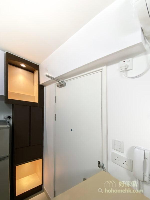 隱藏冷氣喉的吊櫃,可因應空間的佈局,打造成具有收納功能的儲物吊櫃,並在底板裝上射燈或燈帶,成為空間的輔助照明