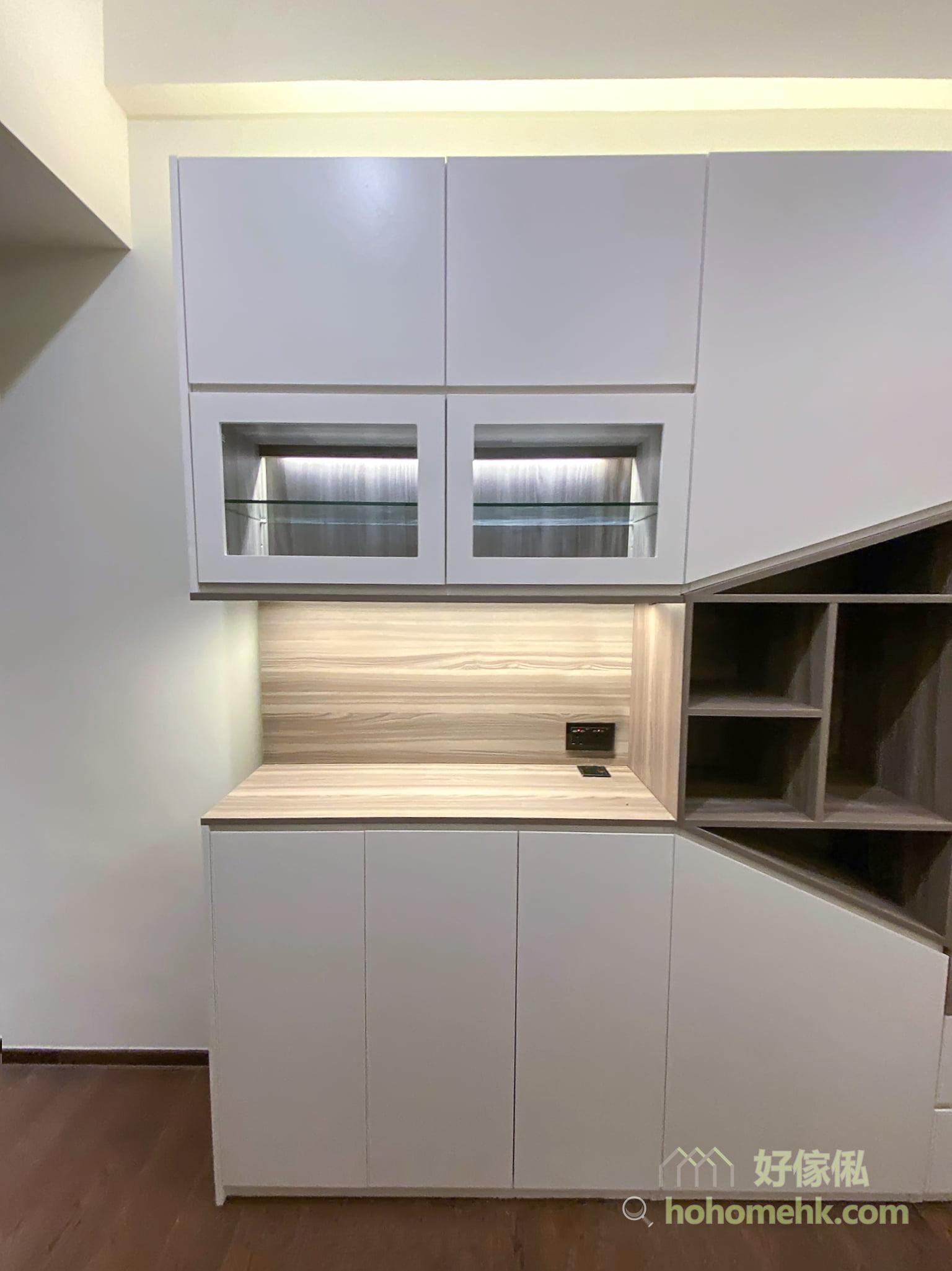 5500k-6000k的冷白光,亮度更高,可讓視線及注意力集中,用於玻璃飾櫃,有引導視線的功用,可讓放在飾櫃內的擺設更突出。而3000k的暖黃光,亮度較低,為室內空間營造溫暖柔和的氣氛