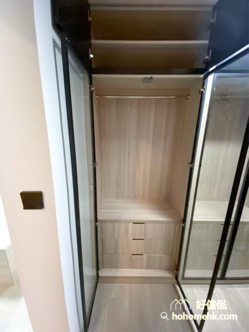 若想打造雙邊型衣帽間,室內寬度最好190公分以上,而為了保留寬敞舒適的通道及更衣空間,建議櫃門不要安裝拉手,可以用按壓式櫃門或趟門取代
