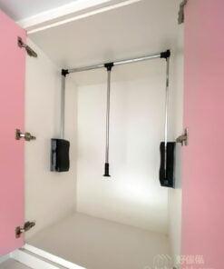 衣櫃配置下拉式掛衣桿讓小朋友也能輕鬆拿衣服