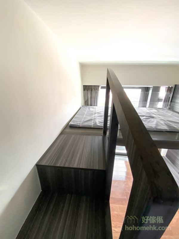 垂直爬梯看起來比較慳位,但使用上始終不太方便,例如晚上要落床,或者女士們穿著裙子,就不方便使用爬梯,樓梯櫃上落會更方便