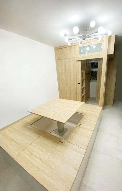 在客廳打開電動升降枱,客人可以直接坐在地台上用餐、聊天,不怕家中的椅子不夠坐了