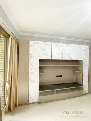 利用電視牆的展示櫃擺放個人收藏,瞬間就能展現生活氣息,而雜物則可收納在有櫃門的儲物櫃,這樣的交錯展示增添設計層次